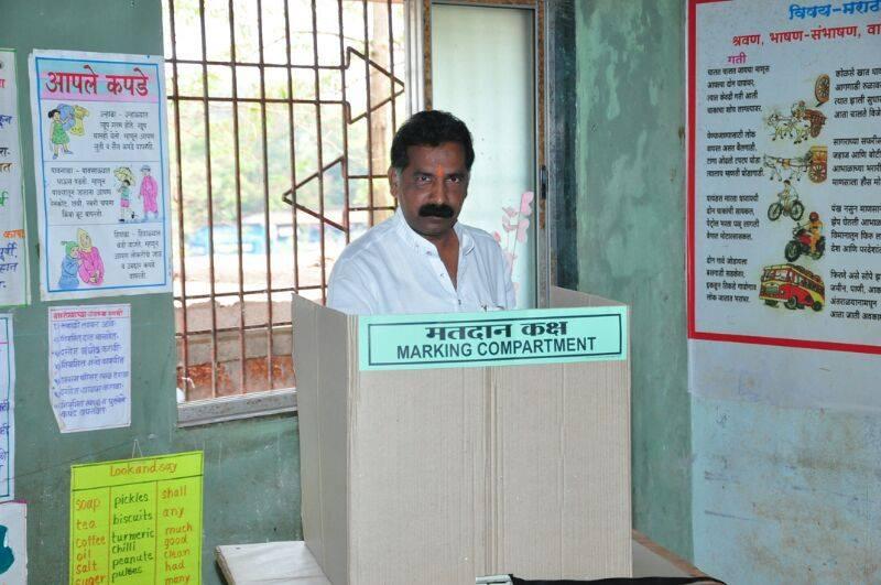लांजा, रत्नागिरीचे शिवसेनेचे आमदार राजन साळवी यांनी केलं मतदान