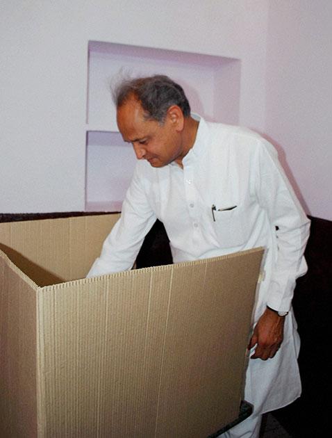 राजस्थानचे माजी मुख्यमंत्री अशोक गहलोत यांनी आपल्या मतदानाचा हक्क बजावला