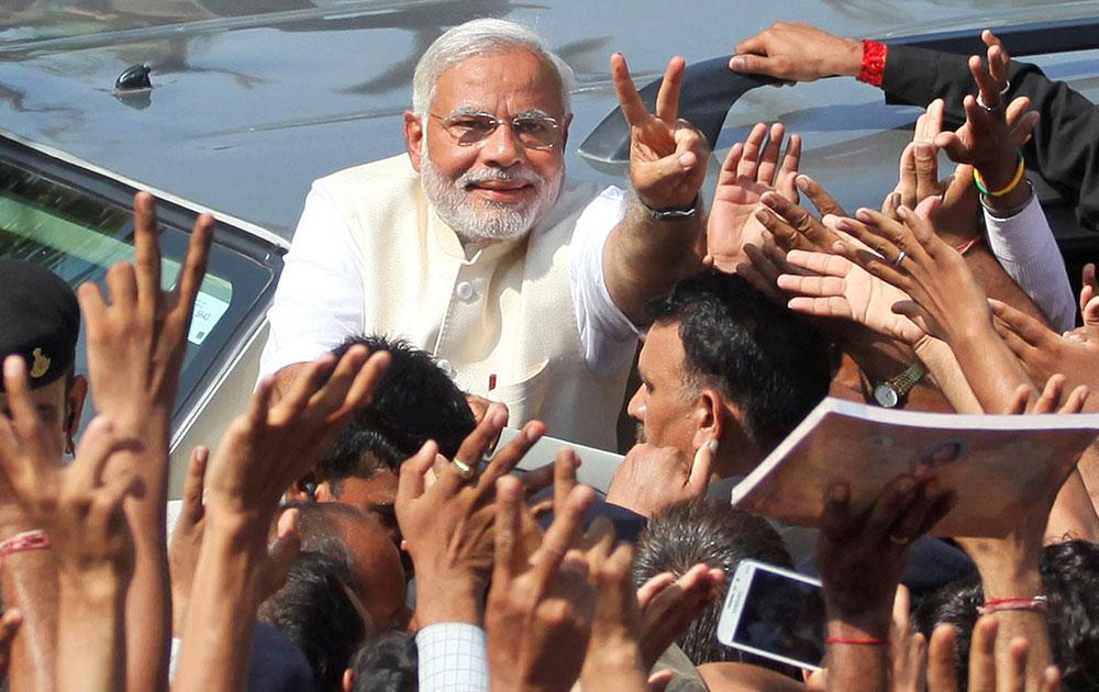 अहमदाबादमध्ये मतदान करण्यासाठी भाजपचे पंतप्रधानपदाचे उमेदवार नरेंद्र मोदी आले असता त्यांच्या भोवती अशी गर्दी जमली