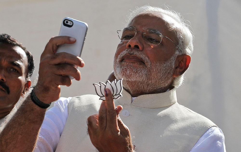 गुजरातचे मुख्यमंत्री नरेंद्र मोदी यांनी मतदान केल्यानंतर सेल्फी काढून ट्वीटर वर फोटो टाकला...