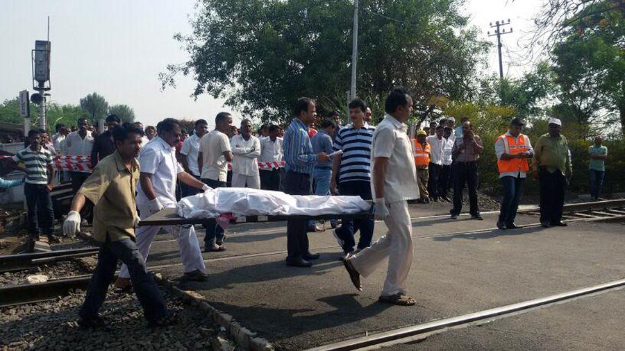सिकंदराबाद दुरांतो एक्स्प्रेसने ट्रॅक्टरला दिलेल्या धडकेत तीन मजूरांचा मृत्यू झालाय तर सात मजूर गंभीर जखमी झालेत.