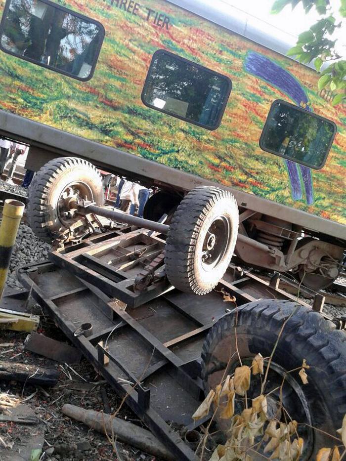 सिकंदराबाद दुरांतो एक्स्प्रेसने ट्रॅक्टरला धडक दिल्यानंतर