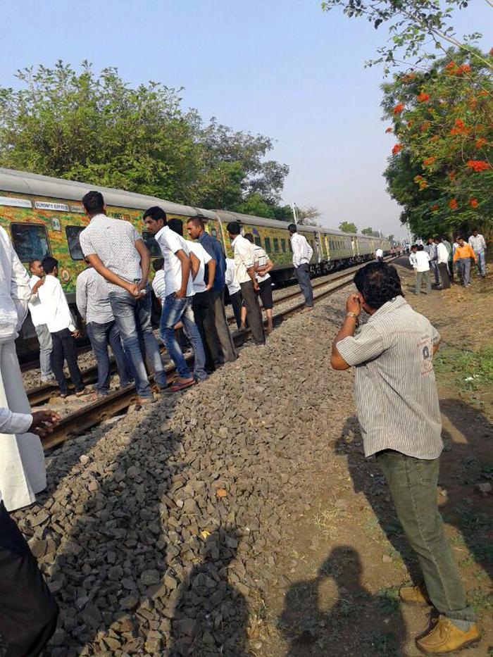 सिकंदराबाद दुरांतो एक्स्प्रेसने ट्रॅक्टरला दिलेल्या धडकेत तीन मजूरांचा मृत्यू झाला.