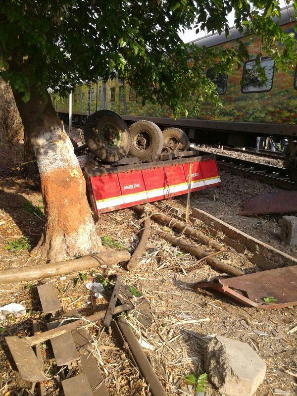 सिकंदराबाद दुरांतो एक्स्प्रेसने ट्रॅक्टरला असे उडविले. त्यानंतर ट्रॅक्टरचा चक्काचूर झाला.