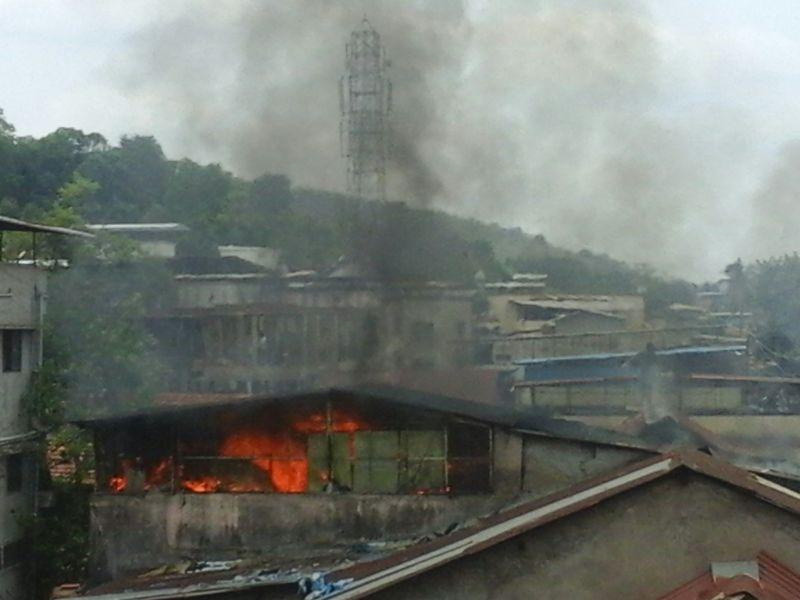 आगीत आतापर्यंत चार कपड्यांची दुकानं जळून खाक झाली आहेत...