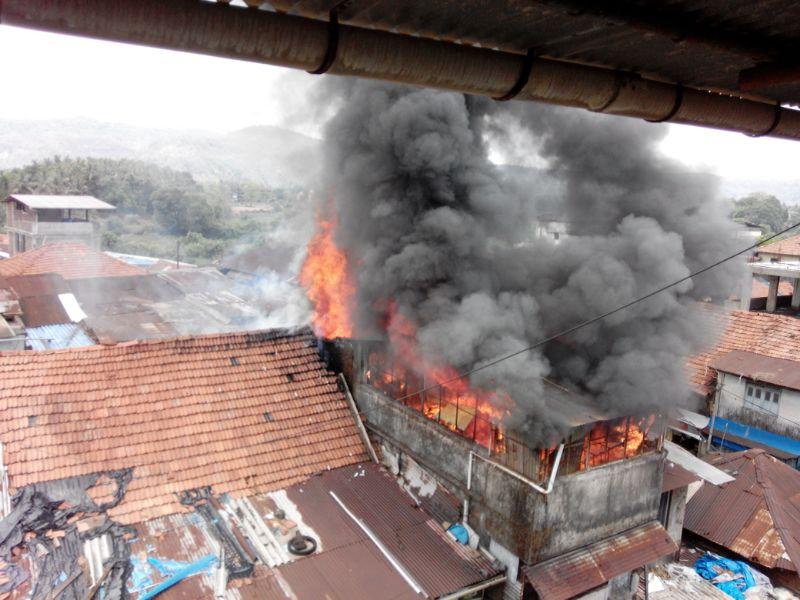 आग आटोक्यात आणण्याचे प्रयत्न सुरू, अग्नीशमन दलाच्या ४ गाड्या घटनास्थळी