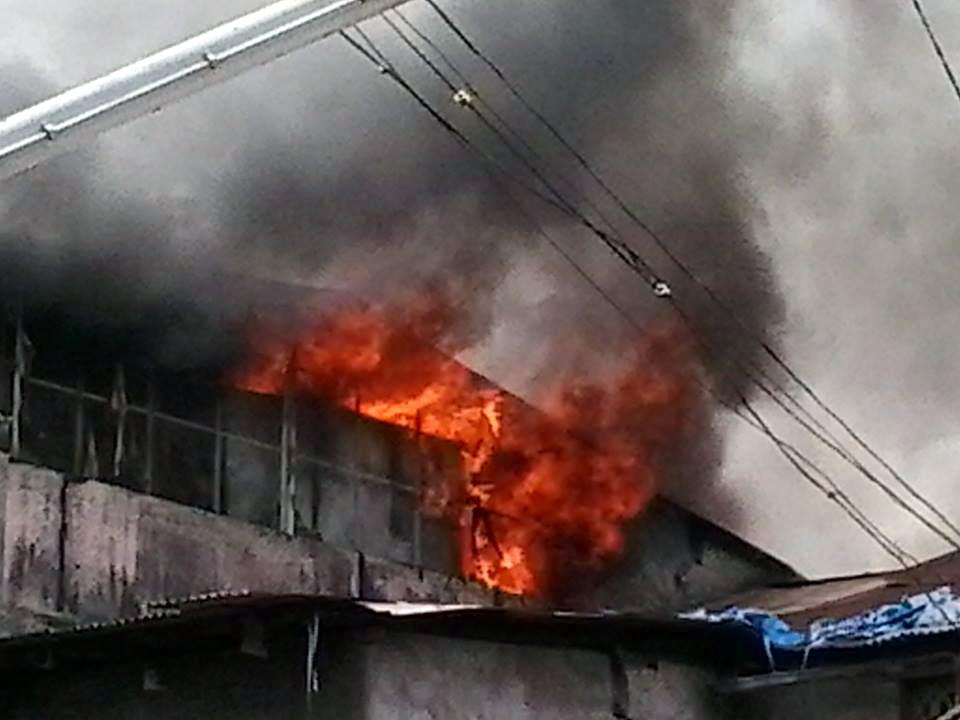 कपड्याच्या दुकानाला लागलेली आग