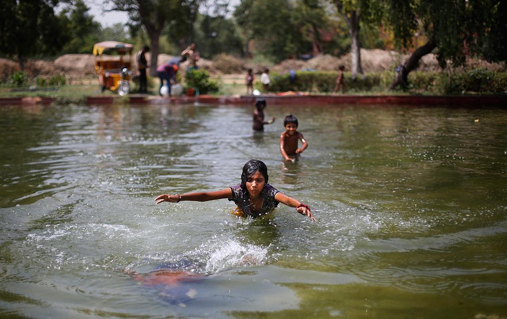 दिल्लीतल्या एका तलावात पाण्यात खेळतांना हे मुलं...