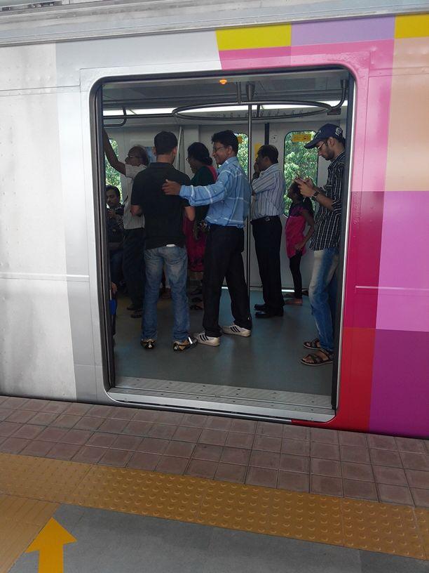 पाहा कशी धावली पहिली मेट्रो