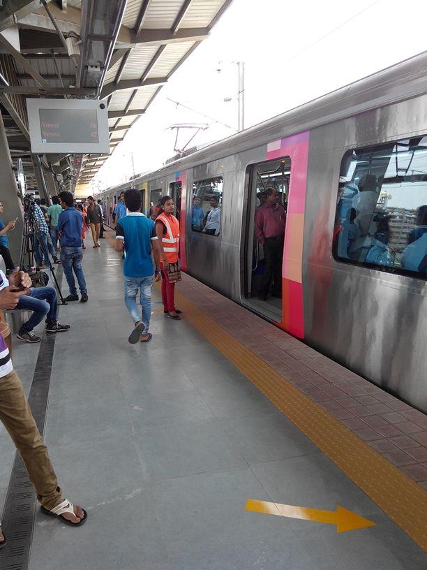 पहिल्याच दिवशी मुंबईकरांची प्रवासासाठी गर्दी