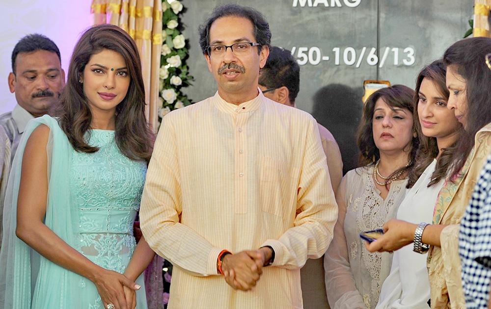 अभिनेत्री प्रियांका चोप्रा, शिवसेना पक्षप्रमुख उद्धव ठाकरे यांच्यासोबत... प्रियांकाचे वडील लेफ्टनंट कर्नल डॉ. अशोक चोप्रा यांचं नाव मुंबईतील एका रस्त्याला दिलं गेलं