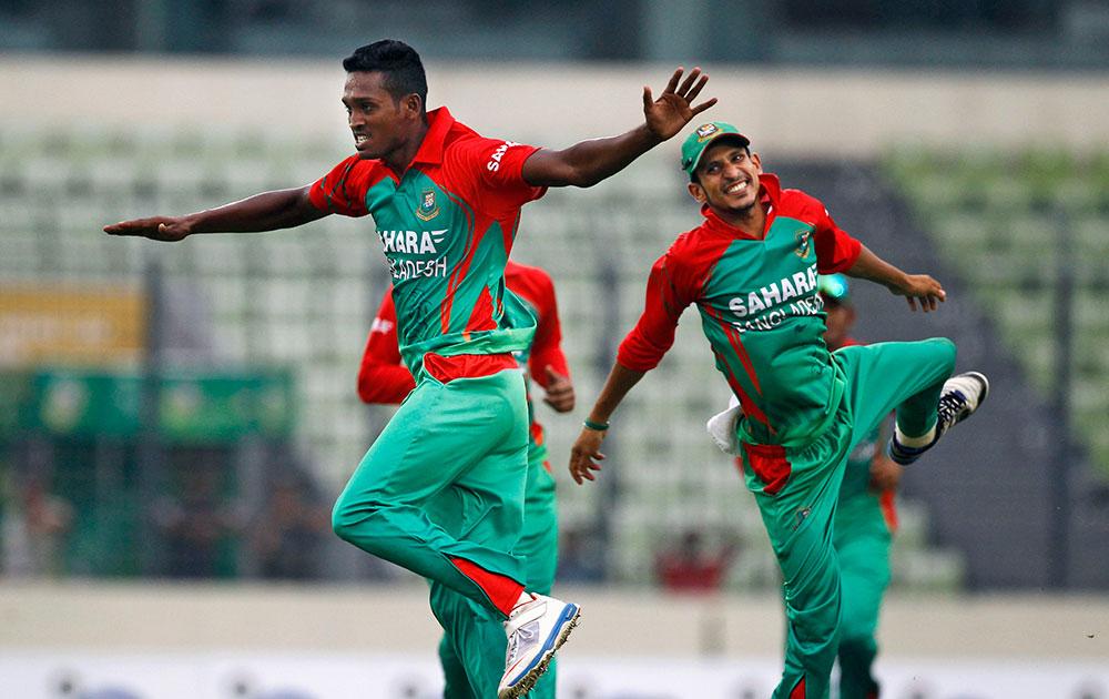 ढाका येथील दुसऱ्या वनडे सामन्यात भारताची विकेट घेतल्यानंतर आनंद व्यक्त करताना बांग्लादेशचे खेळाडू