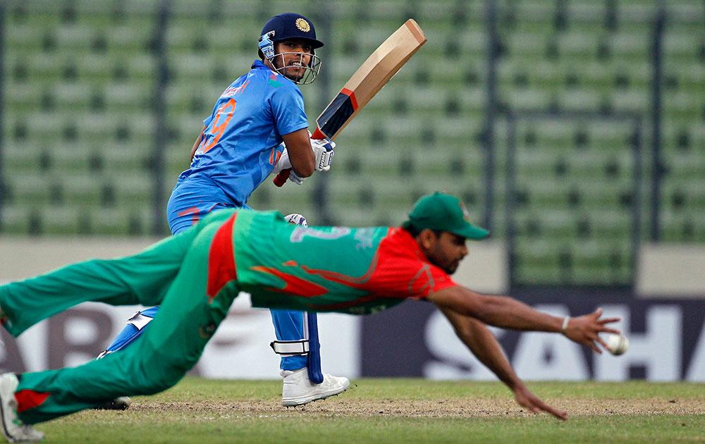 भारतीय खेळाडू उमेश यादव याने टोलवलेला चेंडू अडविताना बांग्लादेशचा अर्शफ