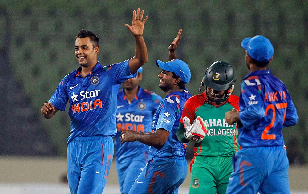ढाका येथील दुसऱ्या वनडे सामन्यात भारताचा बिन्नी याने विकेट घेतल्यानंतर आनंद व्यक्त करताना