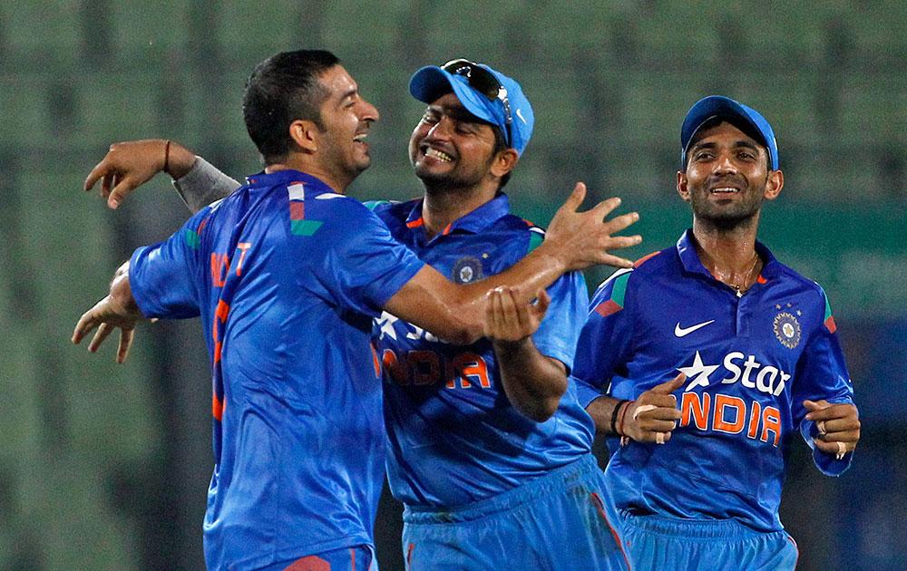 भारताचा मोहीत शर्मा, कर्णधार सुरेश रैना आणि अजिंक्य रहाणे हसनची विकेट घेतल्यानंतर आनंद साजरा करताना