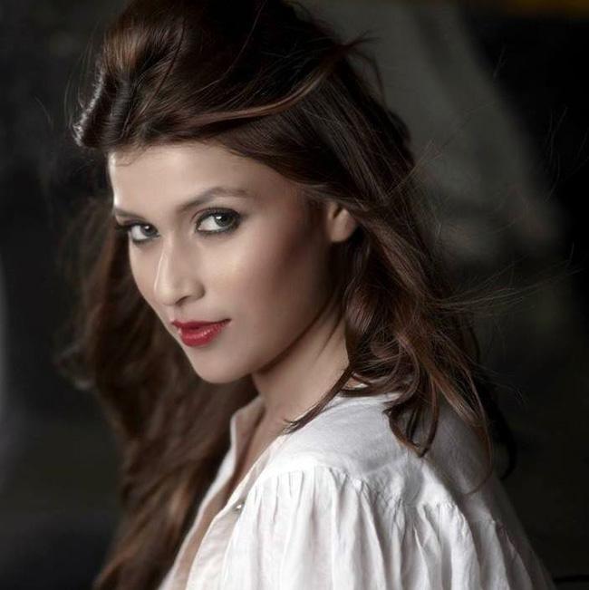 प्रियंका चोप्राच्या घरात वाटतं सर्वच जण दिसायसा सुंदर आहेत. प्रियंकानं आधी आपली बहिण परिणीतीला बॉलिवूडमध्ये आणलं आता तिची आणखी एक धाकटी बहिण बार्बी हांडा बॉलिवूडमध्ये पाऊल ठेवणार आहे.  फोटो: फेसबुक