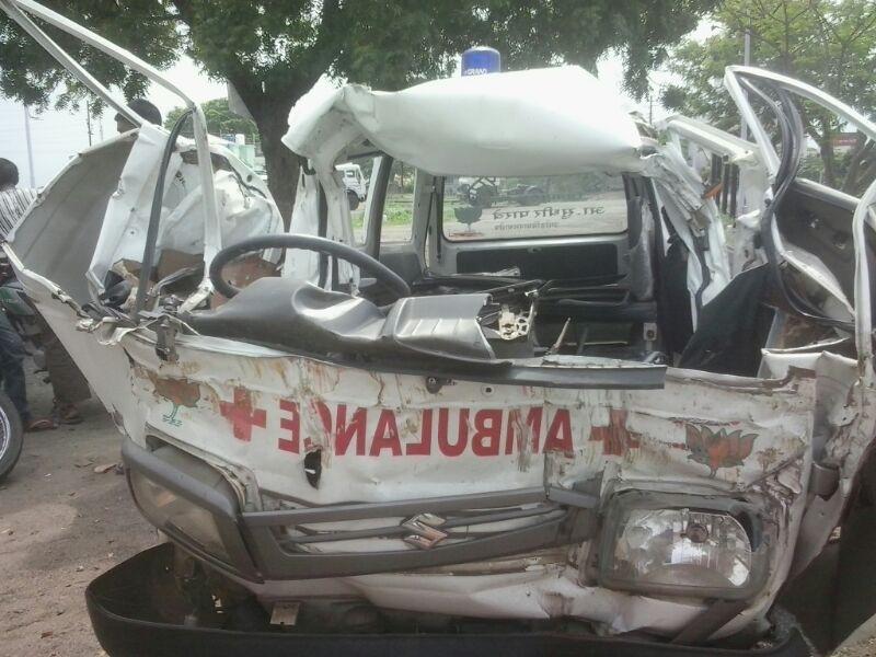 जखमी प्रवीण कुंभारे आणि चेतन निनावे यांना तातडीनं जवळच्या प्राथमिक आरोग्य केंद्र आणि ग्रामीण रुग्णालयात हलवण्यात आलं