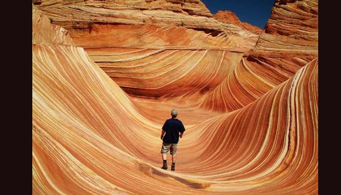 वेव (वळणदार पर्वत), अरिझोना अमेरिकेतील अरिझोनामध्ये वळणदार दिसणारे दगडांना वेव म्हटले जाते. या पर्वतांवर वेगळीच अशी घसरण आहे. पायी प्रवास करणारे आणि फोटोग्राफर यांच्यासाठी ही आवडीची जागा मानली जाते. मोठ्या प्रमाणात अनेक पर्यटक मंडळी हे पर्वत पाहण्यासाठी जातात.