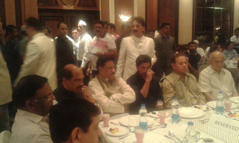 बााबा सिद्धीकी यांनी आज इफ्तार पार्टीचं आयोजन केलं होतं. या इफ्तार पार्टीला शाहरुख आणि सलमान खान दोघंही उपस्थित होते.
