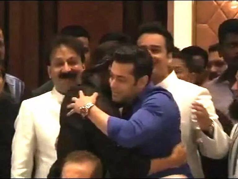 सलमान खान आणि शाहरुख खान यांनी इफ्तार पार्टीच्या निमित्तानं मारली मिठी