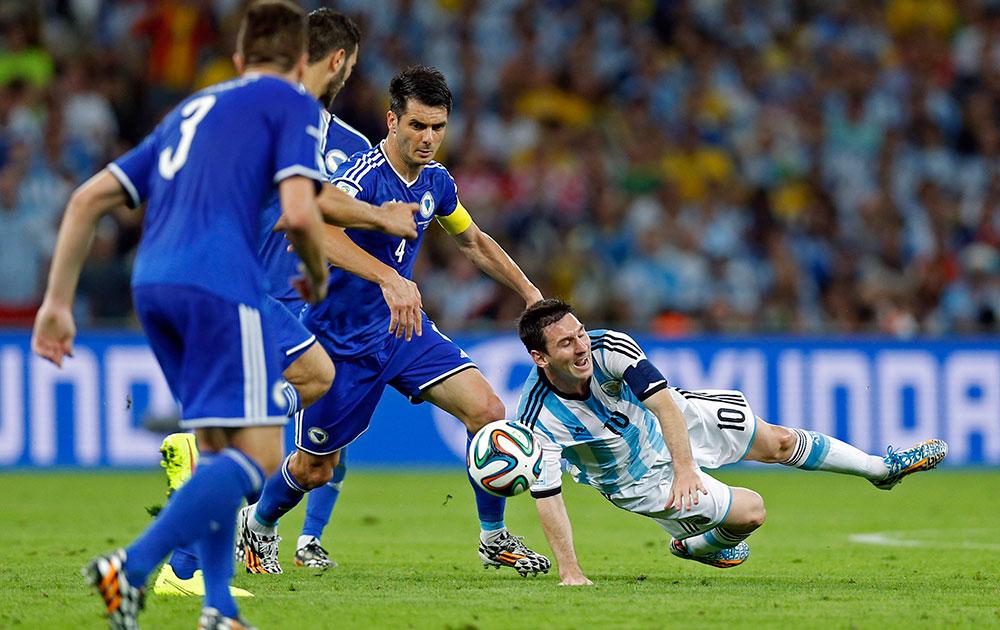 अर्जेंटीना आणि बोस्निया-हर्सेगोविना यांच्यातील सामन्या  फाउल प्ले नंतर मैदानात पडलेला अर्जेंटीनाचा मेस्सी