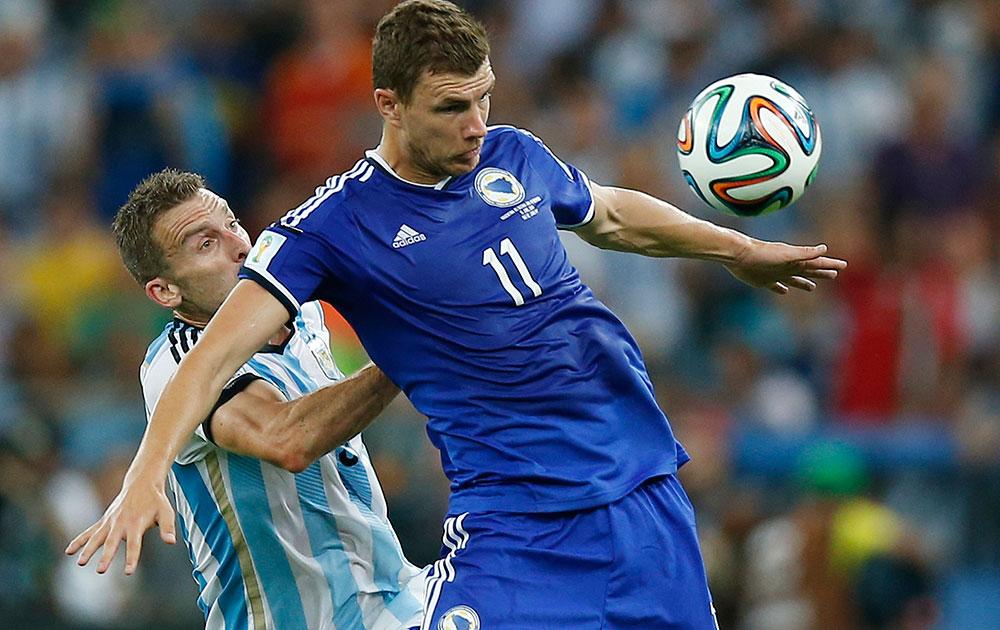 अर्जेंटीना आणि बोस्निया-हर्सेगोविना यांच्या दरम्यान बॉलवर नियंत्रण मिळवताना अर्जेंटीनाचा हूगो