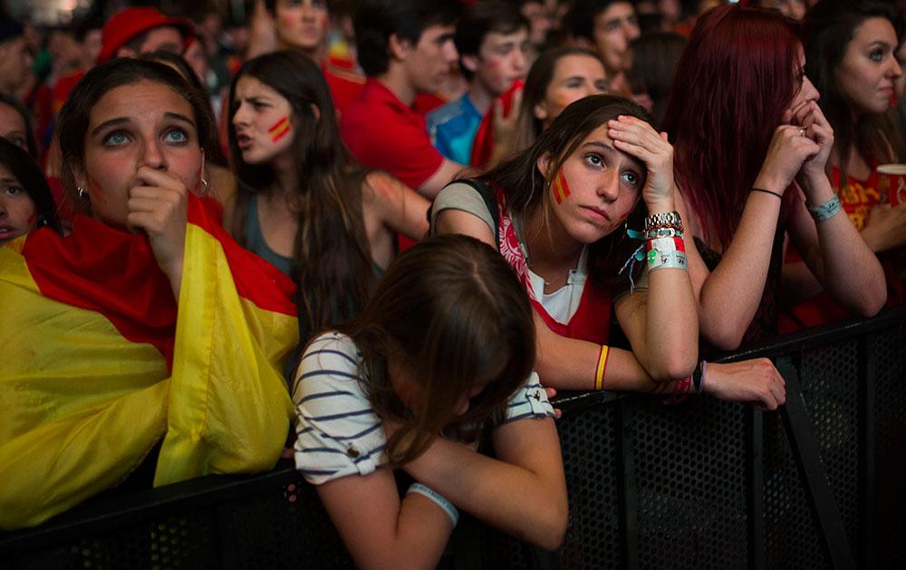 स्पेन आणि चिली यांच्यातील चुसशीच्या सामन्यात मोठ्या स्क्रीनवर उत्सुकतेने आणि टेन्शनमध्ये सामना पाहाताना चाहते
