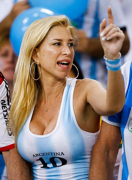 अर्जेन्टीना आणि बोस्निया यांच्या दरम्यान फुटबॉल मॅचच्यावेळी अर्जेन्टीनाची चाहती