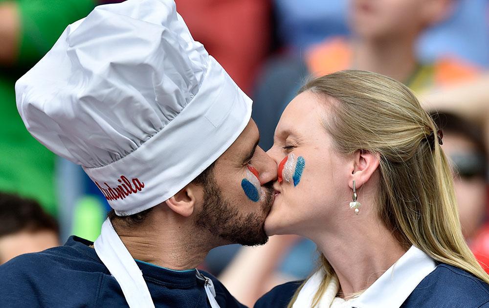 फ्रान्स आणि होंडुरास यांच्यामध्ये सामना सुरु असताना एकमेकांचा किस घेताना फ्रेंच जोडपे.