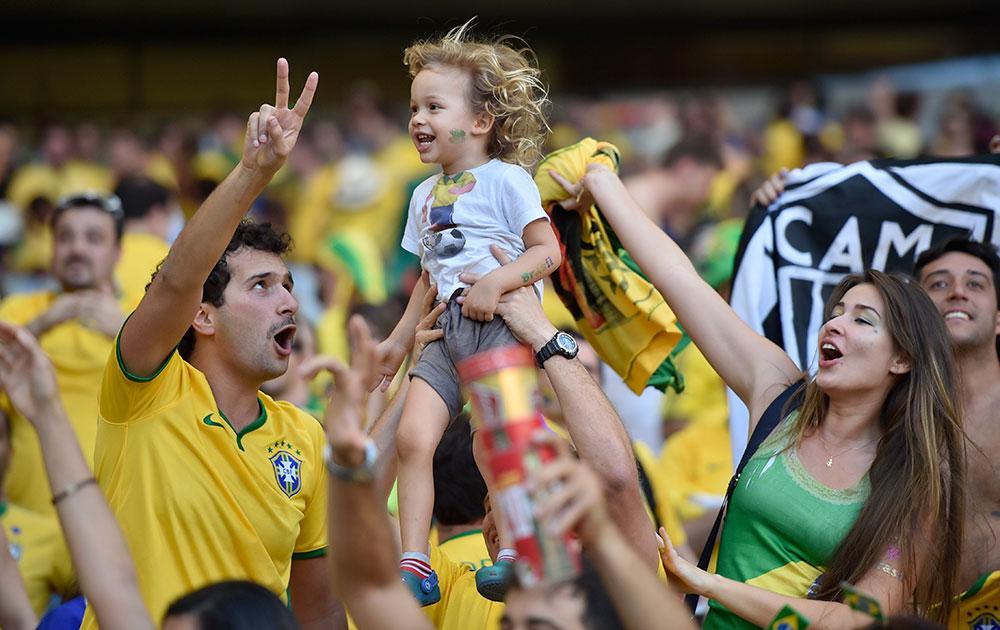 ब्राझील आणि चिली सामन्याच्यावेळी पेनाल्टी शूटआऊटनंतर आनंद व्यक्त करताना ब्राझीलियन फॅन्स