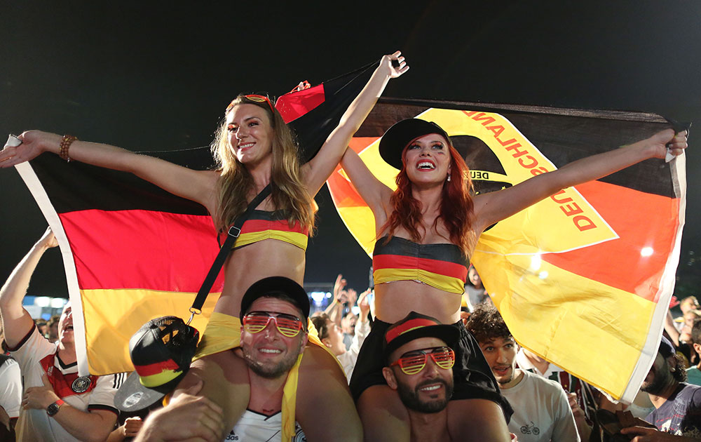 अल्जीरिया विरुद्ध सामना जिंकल्यानंतर जर्मनीचे चाहते असे बेभान झालेत.