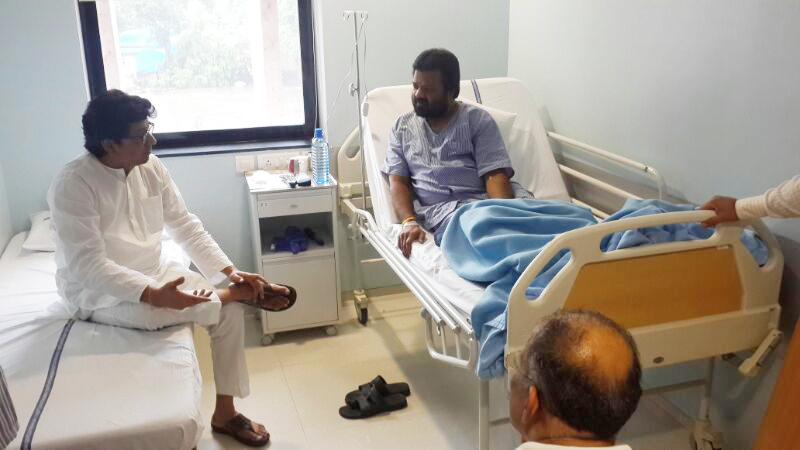 मनसे अध्यक्ष राज ठाकरे यांनी मनसे आमदार वसंत गीते यांची मुंबईतील स्पोर्ट्स मेट हॉस्पिटलमध्ये जाऊन भेट घेतली.
