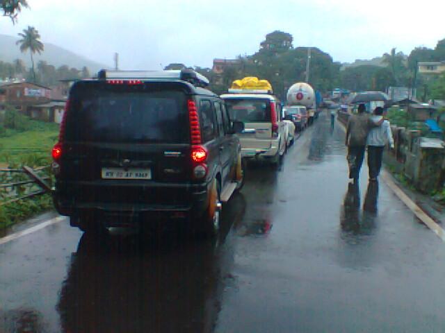 मुंबई-गोवा महामार्गावरील दरड कोसळल्याने वाहतूक ठप्प