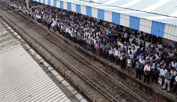 पावसाने मुंबई जलमय झाल्यानंतर अनेक ठिकाणी रेल्वे गाड्या उशीराने