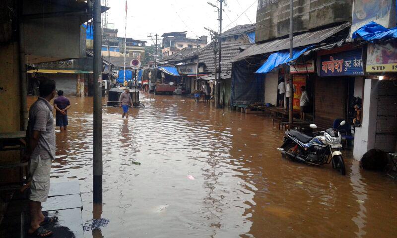 कोकणातील रत्नागिरी जिल्ह्यात खेडमधील जगबुडी, चोरद, नारिंगी नदीला पूर आलाय. जगबुडी नदीचे शहरात घुसलेले पाणी