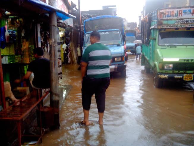 कोकणातील रत्नागिरी जिल्ह्यात खेडमधील जगबुडी नदीचे शहरात घुसलेले पाणी