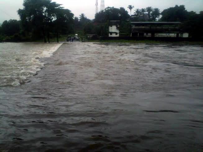 खेडमधील चोरद नदीला आलेला पूर