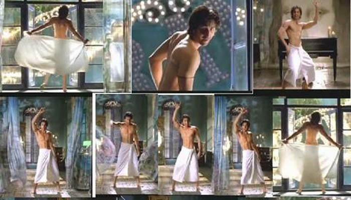 <p>रणबीर कपूर</p>  <p>चित्रपट : सावरिया</p>  <p>संजय लीला भन्साळीच्या या चित्रपटातून रणबीरने सिनेसृष्टीत पदार्पण केले. प्रेमात पडलेल्या रणबीरचा गाण्यादरम्यान टॉवेल सटकतो आणि तो निर्वस्त्र दिसतो, असे दृष्य या चित्रपटात दाखवण्यात आले आहे.&nbsp;</p>