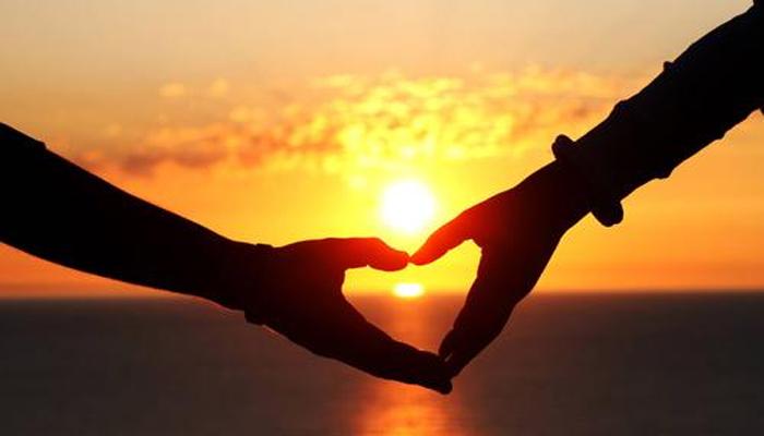 <p>ती व्यक्ती तुमच्या जवळ असते तेव्हा तुम्ही खूप आनंदी असता... तुमच्या हृदयाचे ठोके नेहमीपेक्षा जोरात धावत असल्याचं तुम्हालाही जाणवेल. &nbsp;</p>