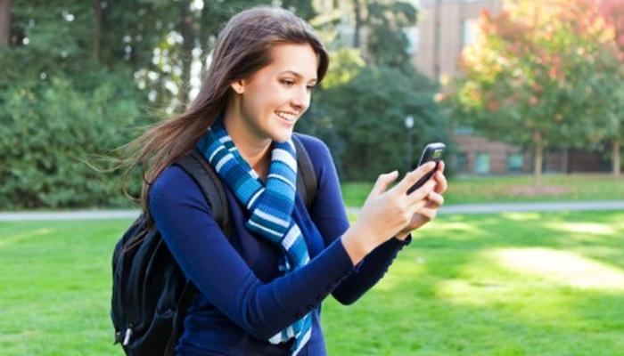 <p>आजकालच्या काळातील सर्वात महत्त्वाची गोष्ट म्हणजे, तुमच्या हातातला मोबाईल... एखादी व्यक्ती सतत विनाकारण स्वत:चा मोबाईल हातात घेऊन एखादा मॅसेज किंवा फोन तर आला नाही ना? याची खात्री करत असेल तर समजून जा की ती व्यक्ती प्रेमात पडलीय. &nbsp;&nbsp;</p>