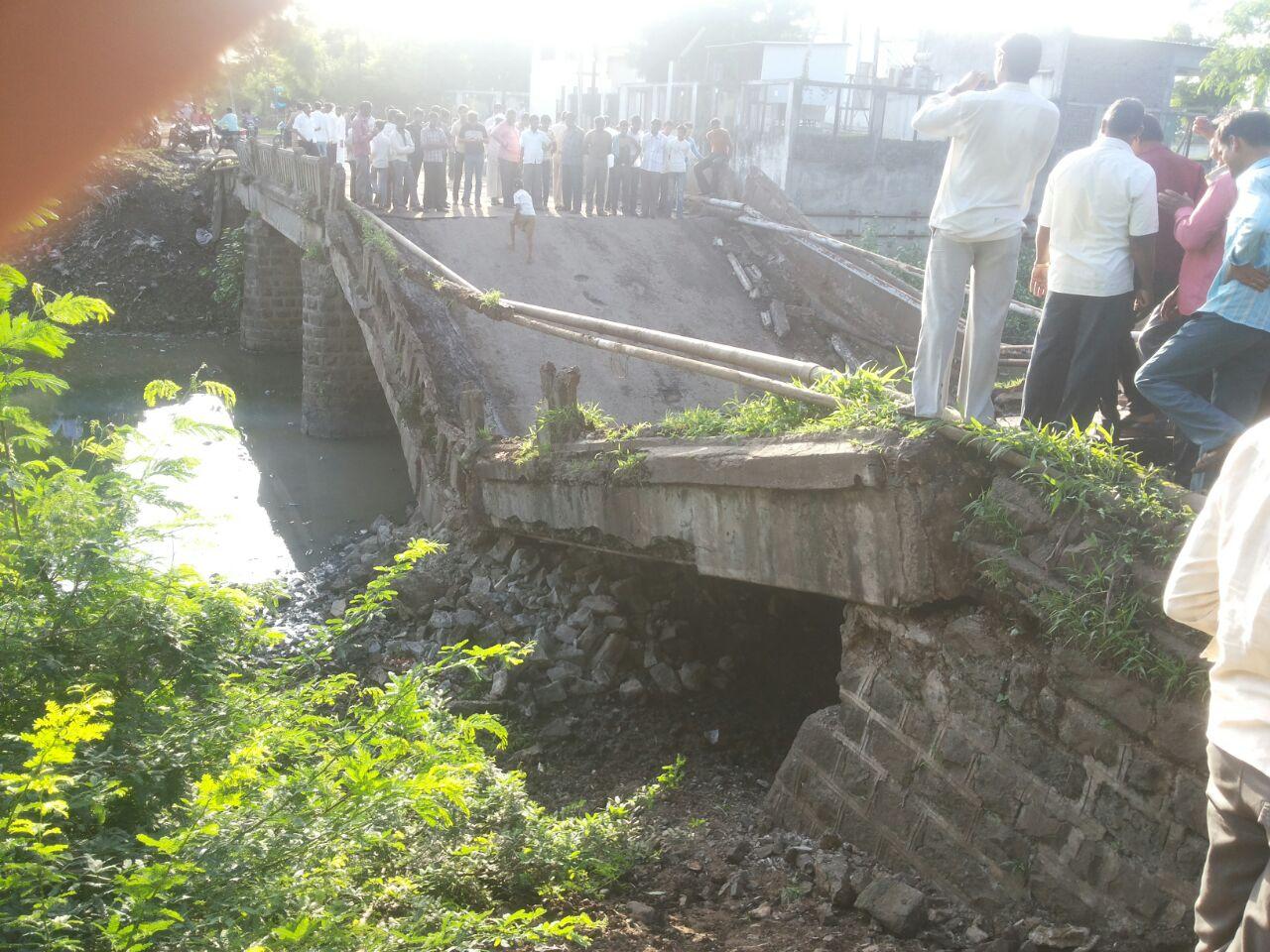 अचानक हा पूल कोसळला सुदैवाने यात कुणालाही दुखापत झाली नाही