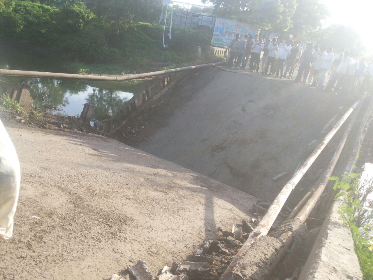 जळगाव जिल्ह्यातील सावदा इथे या रस्त्यावरील अशाच एका पुलाने आज अक्षरश आपला जीव टाकला