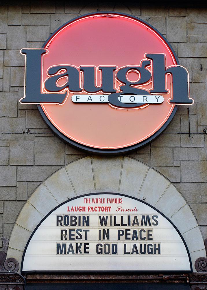 लाफ फॅक्टरी शोच्या भिंतींवर ज्येष्ठ हास्य अभिनेते रॉबिन्स विल्यम्स यांना असा मेसेज देऊन श्रद्धांजली वाहण्यात आली.