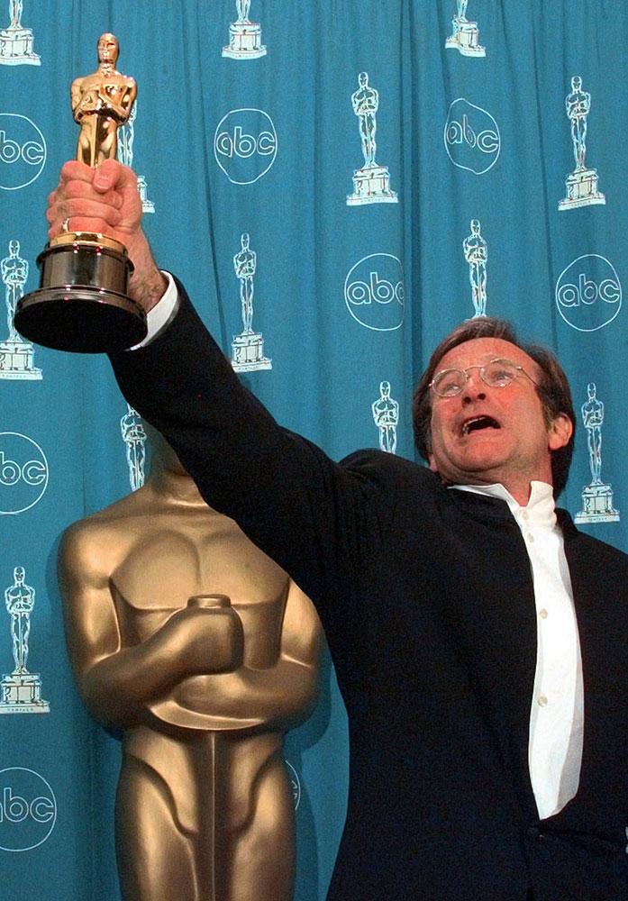 फाइल - २३ मार्च १९९८ रोजी रॉबिन्स विल्सम्स यांना 'गुड विल हंटिंग' या चित्रपटासाठी बेस्ट सहाय्यक अभिनेत्याचा ऑस्कर प्रदान करण्यात आला.