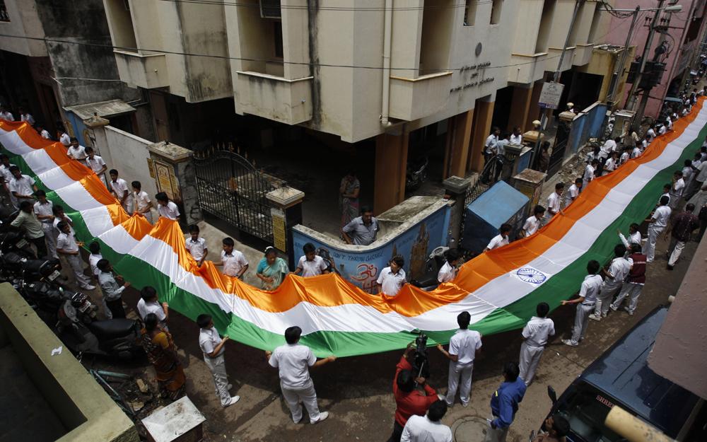 चेन्नईच्या एका शाळेत 200 फूट (61 मीटर)चा झेंडा तयार करण्यात आला