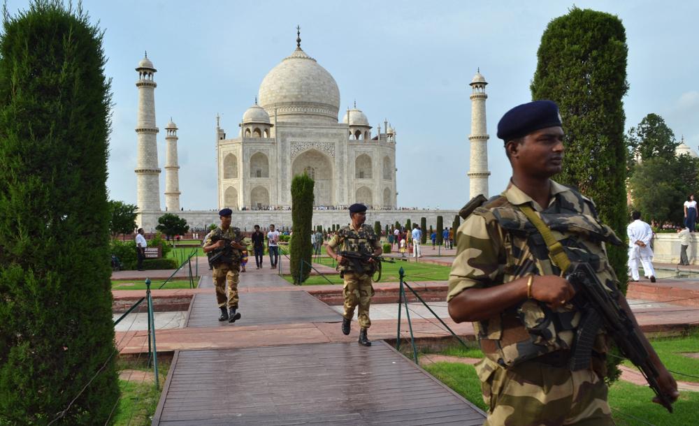 'ताजमहल'ला सुरक्षा पुरविताना जवान