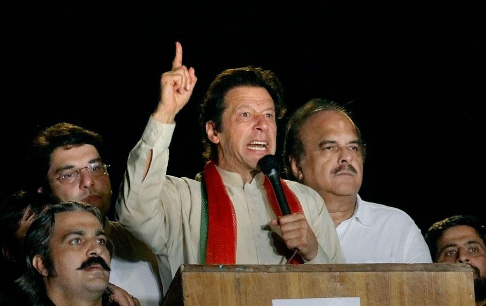 पाकिस्तान : इस्लामाबादमध्ये विरोध प्रदर्शन दरम्यान लोकांना संबोधित करतांना इम्रान खान