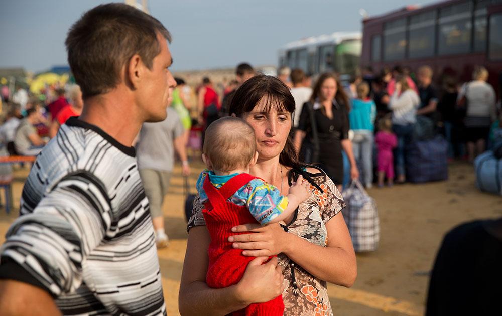 यूक्रेनमध्ये संघर्ष दरम्यान विस्थापित झालेलं एक परिवार