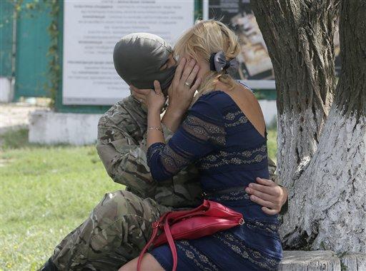 यूक्रेन : रूस समर्थक कट्टरवाद्यांशी संघर्ष करण्यासाठी स्पेशल बटालियन एजोवमध्ये सामिल झाल्यानंतर, आणि यूक्रेनच्या पश्चिम भागात जाण्याआधी कीवमध्ये चुंबन करतांना घेतांना एक सैनिक आणि त्यांची पत्नी