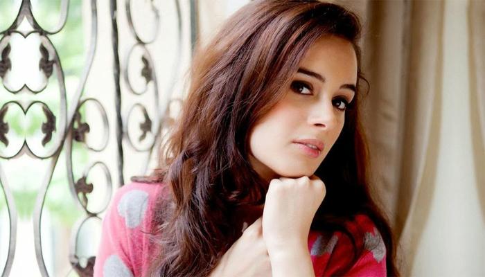 <p><strong>एव्हलिन शर्मा – </strong>एव्हलिन जर्मनची भारतीय वंशांची अभिनेत्री आहे. 2012मध्ये मॉडेलिंगमधून तिनं बॉलिवूडमध्ये&nbsp; 'From Sydney with Love' या चित्रपटाद्वारे एंट्री केली. तसंच 'यह जवानी है दिवानी', 'नौटंकी साला' आणि 'इसक'मध्ये तिनं काम केलंय. तसंच 'मॅड अबाऊट डांस' हा चित्रपट तिचा या महिन्यात रिलीज होणार आहे.&nbsp;&nbsp;</p>